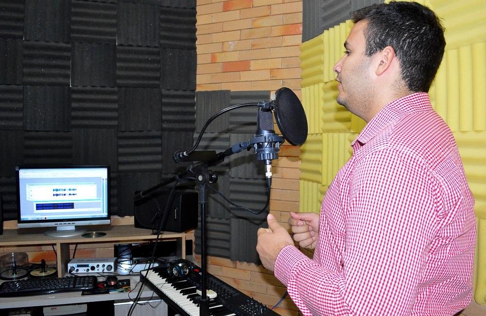 Tadeu gravando programa de rádio