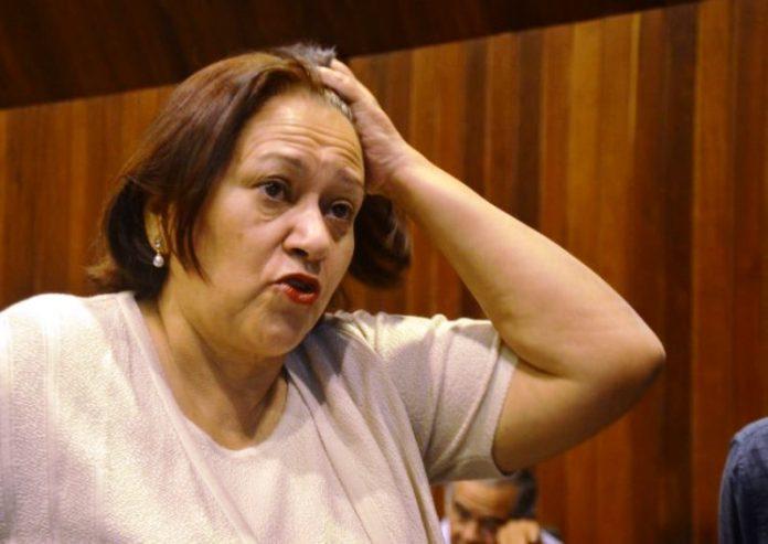 Senadora-Fátima-com-a-mão-na-cabeça-696x493