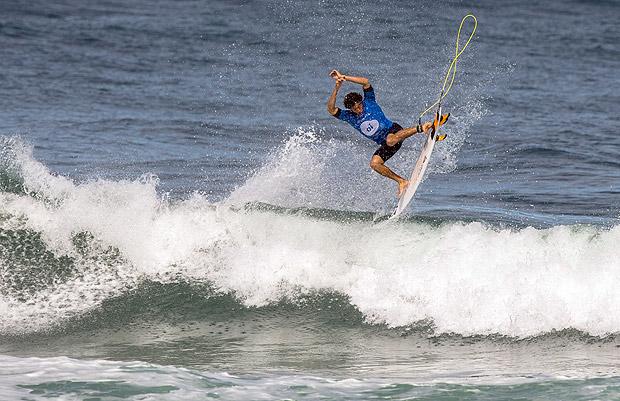 Yago Dora disputa etapa do Rio do Mundial de Surfe