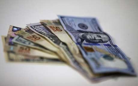 O dólar avançou 0,54 por cento, a 3,2500 reais na venda, depois de bater a mínima de 3,2229 reais no pregão e a máxima de 3,2560 reais.