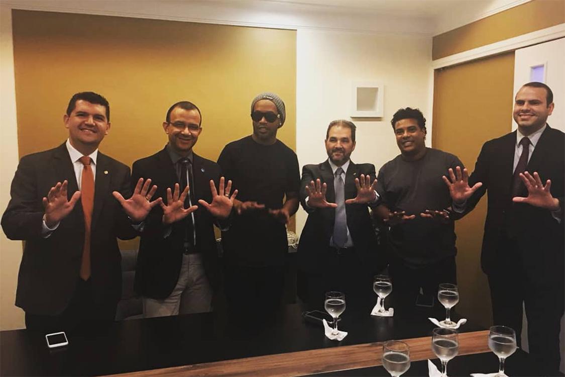 Ronaldinho Gaúcho com membros do PRB, antes de se filiar ao partido