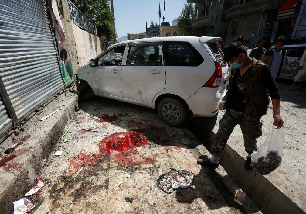 Homem inspeciona local onde explosão foi registrada, em Cabul (Foto: Omar Sobhani/Reuters)
