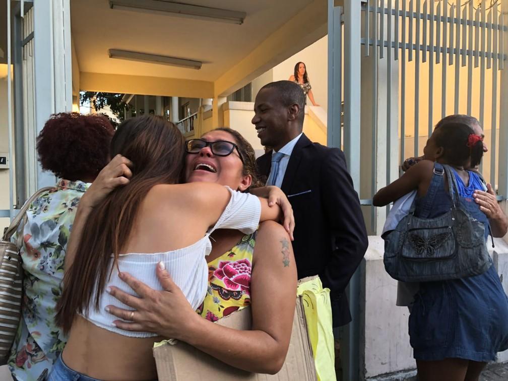 Parentes comemoram libertação (Foto: Matheus Rodrigues/G1)