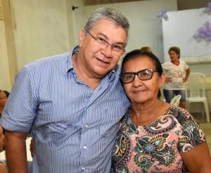 Prefeito Haroldo Ferreira e idosa.Foto.Noberto Andrade