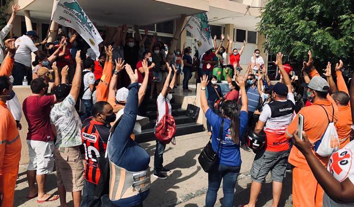 Servidores-realizaram-assembleia-na-frente-da-prefeitura-Foto-Sidney-Silva